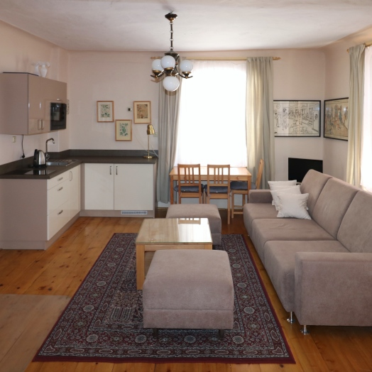 <strong>Küche</strong><span>Ein kleiner Küchenblock in dem Wohnzimmer mit Glaskeramik-Kochplatte und Kühlschrank, mit Wassersieder und Geschirr.Am Tisch finden 3 Pesonen Platz.</span>